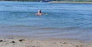 Frank Weber baden im Rhein