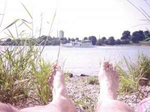 Frank Weber Füße am Rhein